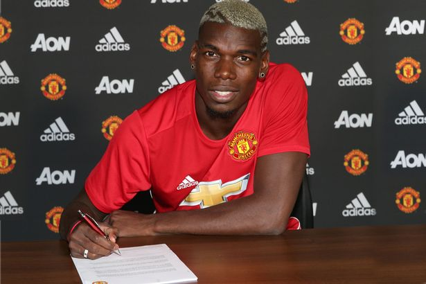 Paul-Pogba-poses-after-signing-for-Manchester-United