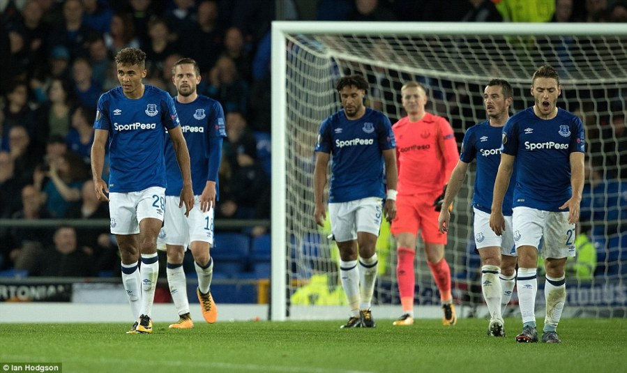 44D65A1C00000578-4931046-Everton_players_look_on_in_complete_dejection_as_they_leave_the_-a-115_1506634684991.jpg